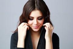Piękna uśmiechnięta kobieta z zamkniętymi oczami zdjęcie stock