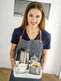 Piękna uśmiechnięta kobiety porcji kawa obrazy stock