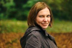 Piękna uśmiechnięta młoda dorosła kobieta w jesień parku obrazy stock