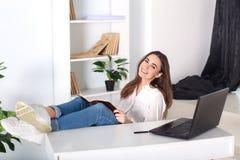 Piękna uśmiechnięta młoda dziewczyna pracuje w domu - freelancer Rutynowa praca w biurze codziennie Odpoczynek od biurowej pracy  obrazy stock