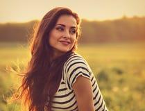 Piękna uśmiechnięta młoda kobieta patrzeje szczęśliwy z długimi zadziwiającymi brzęczeniami obrazy royalty free