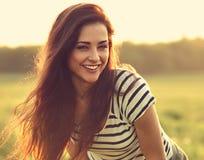 Piękna uśmiechnięta młoda kobieta patrzeje szczęśliwy z długimi zadziwiającymi brzęczeniami fotografia royalty free