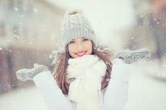 Piękna uśmiechnięta młoda kobieta w ciepłej odzieży pojęcie P zdjęcie royalty free