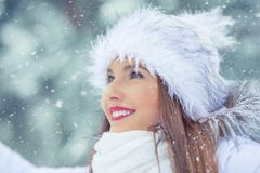 Piękna uśmiechnięta młoda kobieta w ciepłej odzieży pojęcie P obrazy royalty free