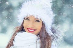 Piękna uśmiechnięta młoda kobieta w ciepłej odzieży pojęcie P obraz stock
