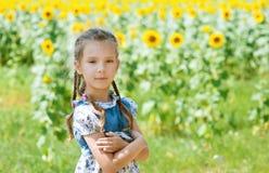 Piękna uśmiechnięta mała dziewczynka dalej Zdjęcie Royalty Free