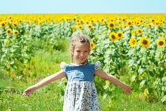 Piękna uśmiechnięta mała dziewczynka dalej Obraz Stock