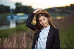 Piękna uśmiechnięta modniś dziewczyna Fotografia Royalty Free