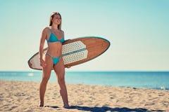 Piękna uśmiechnięta surfingowiec dziewczyna na plaży wakacje Ekstremum sp zdjęcia royalty free