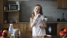 Piękna uczennica z długie włosy tanem w kuchni zbiory