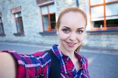 Piękna ucznia lub szkoły dziewczyna robi selfie fotografii Obrazy Stock