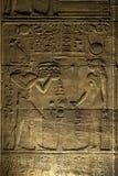 Piękna ulga i hieroglify na wewnętrznej ścianie przy świątynią Isis przy Philae w Egipt Fotografia Royalty Free