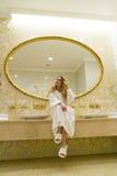 Piękna uwodzicielska kobieta flirtuje z kamerą siedzi w jej łazience Piękno młoda kobieta Zdjęcia Stock