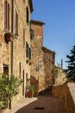 Piękna wąska ulica w małej magicznej i starej wiosce Pienza, Tuscany Fotografia Royalty Free