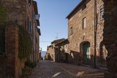 Piękna wąska ulica w małej magicznej i starej wiosce Pienza, Tuscany Zdjęcia Stock