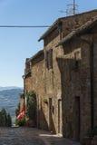 Piękna wąska ulica w małej magicznej i starej wiosce Pienza, Tuscany Zdjęcie Stock