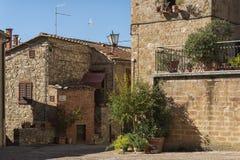 Piękna wąska ulica w małej magicznej i starej wiosce Pienza, Tuscany Zdjęcie Royalty Free