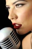 piękna warg mic czerwony retro śpiew obrazy stock