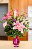Piękna waza menchie kwitnie zawierać róże, goździki i lillies, Obraz Royalty Free