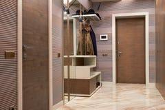 Piękna wejściowa sala z wysokiej jakości drewnianymi drzwiami, wewnętrzny projekt, korytarz zdjęcie royalty free