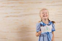Piękna wesoło mała dziewczynka cieszy się dobrego śmiech obrazy royalty free