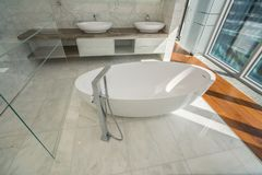 Piękna wewnętrzna łazienka nowożytny dom zdjęcie royalty free
