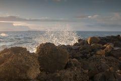 Fala uderzający kamienie przy plażą Obraz Royalty Free