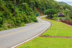 Piękna Wiejska droga obok plaży wokoło Phuket wysp, widok Fotografia Stock