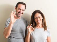 Piękna wiek średni para w domu fotografia stock