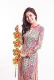 Piękna Wietnamska kobieta jest ubranym wrażenie ao Dai trzyma szczęsliwym dekoruje przedmiot Zdjęcie Royalty Free