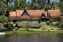Piękna willa z drzewko palmowe pobliską wodą Fotografia Royalty Free