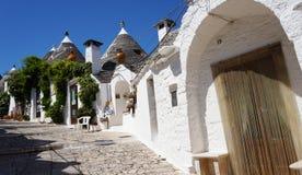 Piękna wioska Alberobello z trulli domami wśród zielonych rośliien i kwiatów, główny turystyczny okręg, Apulia region, Southe Obrazy Royalty Free
