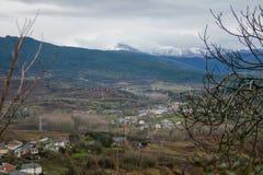 Piękna wioska Bierzo otaczał śnieżnymi górami i chmurnym niebem zdjęcia stock