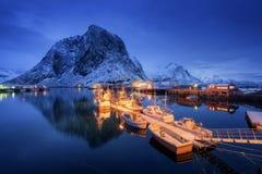 Piękna wioska rybacka z łodziami przy nocą, Lofoten wyspy zdjęcia stock