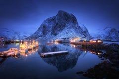Piękna wioska rybacka z łodziami przy nocą, Lofoten wyspy obraz stock