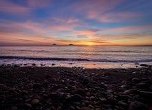 Piękna wschód słońca witka Stromboli i Panarea wyspy widzieć od Salina wyspy w Eolowych wyspach, Sicily, Włochy obrazy stock