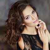 Piękna, wspaniała i seksowna dziewczyna z pięknym makijażem w bla, Obraz Royalty Free