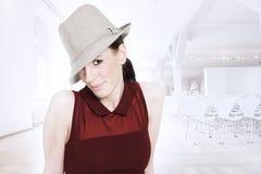 Piękna modna kobieta z kapeluszem fotografia royalty free