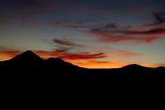 Piękna wulkan sylwetka przy wschodem słońca Zdjęcia Stock