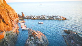 Piękna wygodna zatoka z łodziami i jasną turkus wodą w starej wiosce w Cinque Terre, Włochy, Europa zbiory