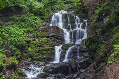 Piękna wysoka siklawa głęboko w Karpackich górach obraz royalty free