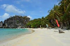 Piękna wyspa, błękit zatoka i drzewka palmowe w El Nido, Palawan, Filipiny Zdjęcia Stock