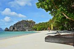 Piękna wyspa, plaża i drzewka palmowe w El Nido, Palawan, Filipiny Zdjęcia Royalty Free