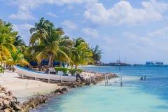 Piękna wyspa, plaża Isla Mujeres, łódź na plażowym Meksyk Obraz Stock