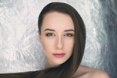 Piękna wzorcowa dziewczyna z błyszczący brown prosty długie włosy Obraz Stock