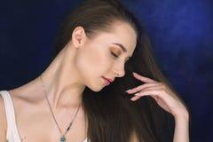 Piękna wzorcowa dziewczyna z błyszczący brown prosty długie włosy Zdjęcie Royalty Free