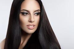 Piękna wzorcowa dziewczyna z gładkim ciemnym włosy Zdjęcie Royalty Free