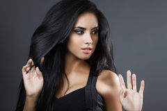 Piękna wzorcowa dziewczyna z gładkim ciemnym włosy Perfect włosy czarna sukienka Fotografia Royalty Free