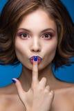 Piękna wzorcowa dziewczyna z jaskrawym makeup i barwiony gwoździa połysk Piękno Twarz Krótcy kolorowi gwoździe Obraz Royalty Free