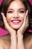 Piękna wzorcowa dziewczyna z jaskrawym różowym makeup Zdjęcie Royalty Free